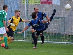 Fotbalisté Přibyslavi (v modrém) vedli nad favorizovaným Ždírcem gólem Žily, ale nakonec se u Žižkovy mohyly radoval ždírecký Tatran po výhře 3:1.