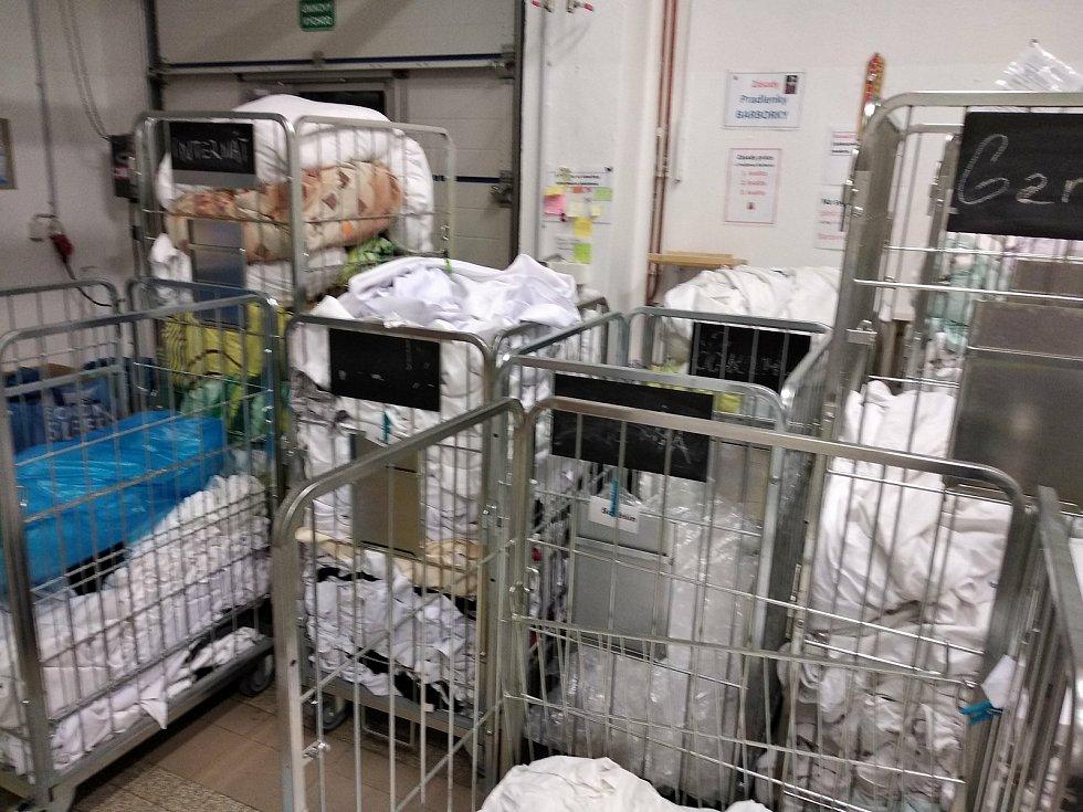 Prádelny a čistírny se mohly otevřít. Hotely, hospody a penziony jsou zavřené dál. Firmy sčítají ztráty.