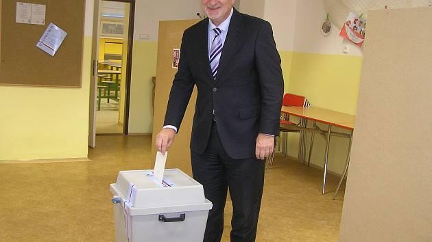 Jan Tecl vhazuje lístek do volební urny.