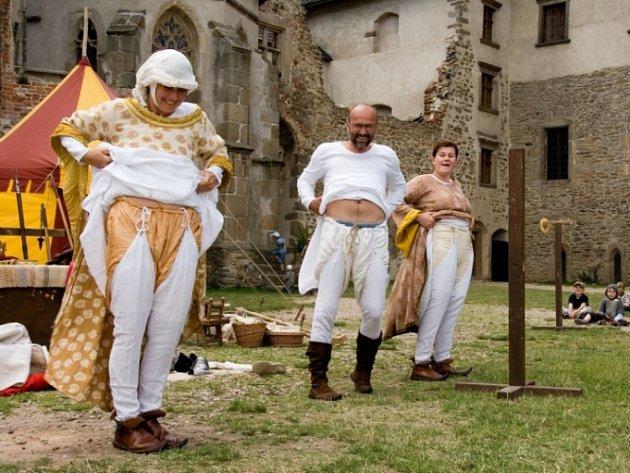 Středověké spodní prádlo. Vladimír Pěnkava, alias císař Karel IV., si na nádvoří lipnického hradu nenechal žádné tajemství pro sebe. Vysvětlil pozorným divákům třeba jak se léčilo, proč se jmenoval Václav, ale říkalo se mu Karel.