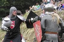 Řež brnění a mečů. Ve středověké ležení se proměnila zřícenina hradu Zubštejn u Pivonic na Bystřicku. V sobotu 21. července ve 14 hodin jej počtvrté dobudou skupiny dobových šermířů a ozbrojenců.