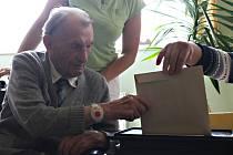 Mezi prvními voliči byl i 103 letý František Krédl.