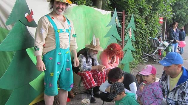 Tři herci vědí, že zabavit a především nadchnout žáčky ze škol a školek není vůbec jednoduché.