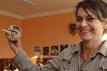 Lenka Sedláková (na snímku) ve své keramické dílně v Jitkově dělá nejen krásné hrnky na kávu a čaj, ale formuje i kuriozní zvířata.