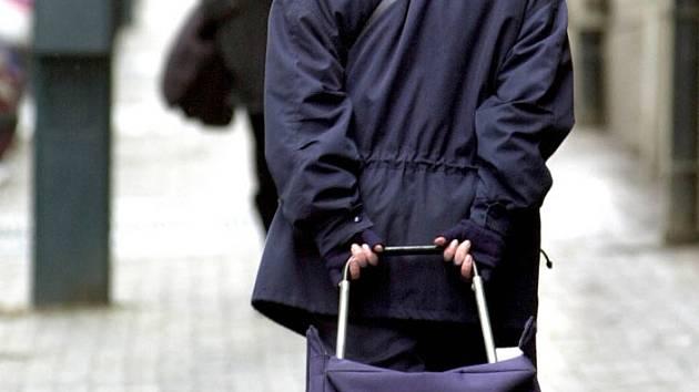 Na důvěru v poslední době doplácí celá řada seniorů. Pro pachatele krádeží a různých podvodů jsou totiž právě senioři velmi jednoduchou obětí.  Ilustrační foto: