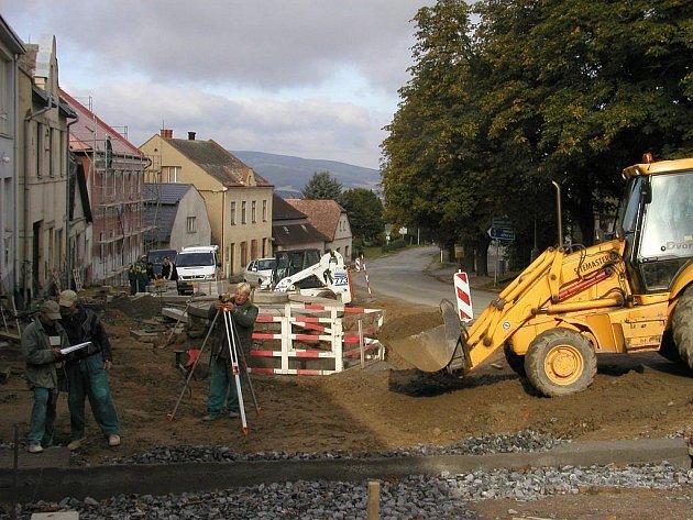 Práce na rekonstrukci náměstí v Lipnici nad Sázavou by se už měly chýlit ke konci. Na jaro zastupitelé počítají s ozeleněním a úpravou parkovacích ploch.
