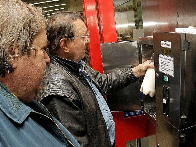 Kolemjdoucí se rádi nechali zlákat na ochutnávku čerstvého a kvalitního mléka natočeného přímo z automatu. Ten jim bude k dispozici každý den podle otevírací doby kauflandu, kde je zařízení umístěno.
