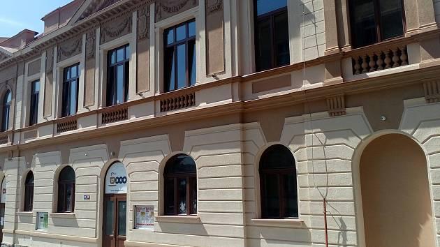 Brodský klub Oko prochází velkými změnami. Na konci června byla dokončena renovace fasády a nyní se pracuje na přestavbě části prostor, kde má vzniknout kavárna.