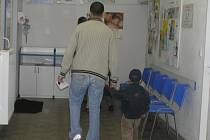 V čekárně dětské pohotovosti v Havlíčkově Brodě bylo rušno. Rodiče vodili své děti na ošetření každou chvíli.