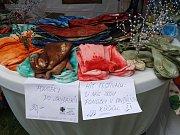 Stánek Oblastní charity nabízel originální výrobky z charitních dílem.