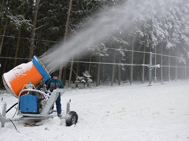 Pokud podmínky dovolí, mělo by se od úterý 23. ledna lyžovat také na Kadlečáku u Světlé nad Sázavou.