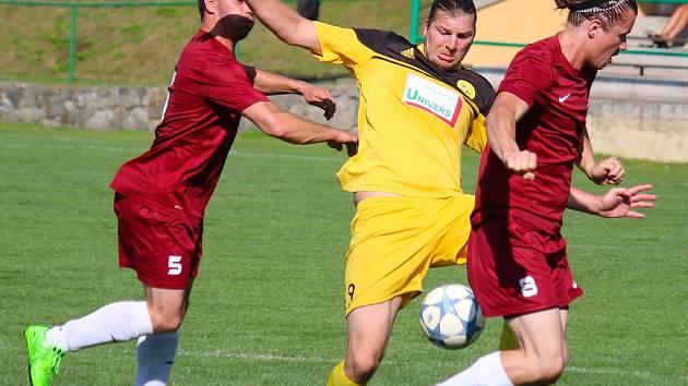 V krizi jsou fotbalisté Borové (v červeném), kteří tentokrát doma přenechali body Bedřichovu.