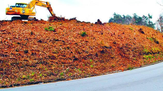 Přestavba silnice začala. Kdo projíždí v těchto dnech po krajské silnici II. třídy ve směru od Okrouhlice do Havlíčkova Brodu, může vidět, že zde vládne stavební   ruch. Nová silnice nahradí nebezpečný úsek se stoupáním a zatáčkami.