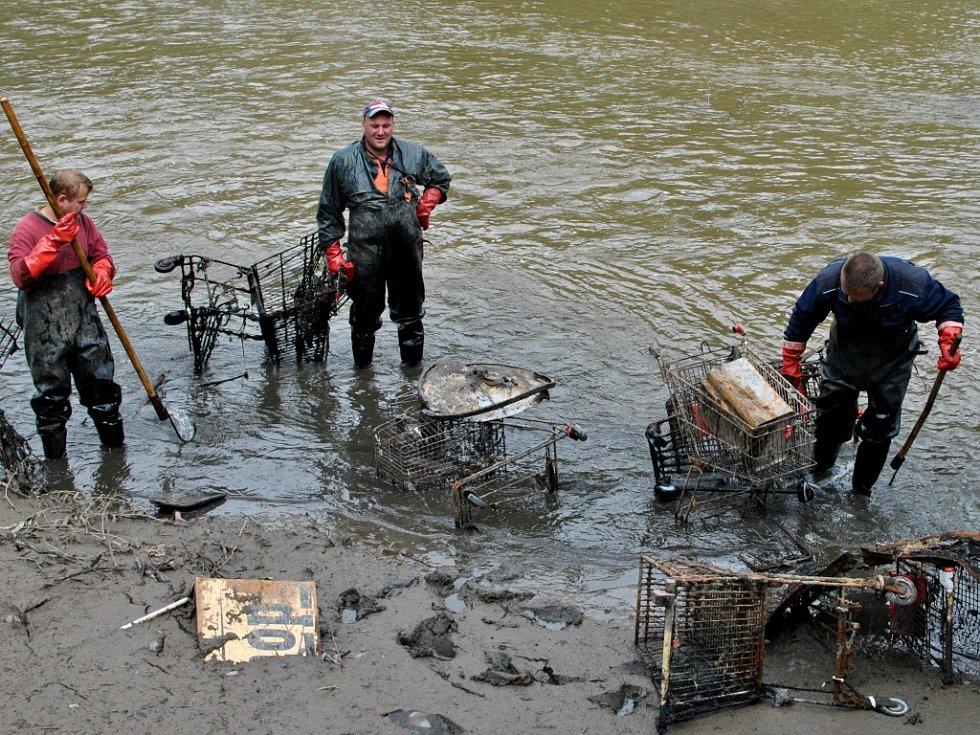 Pracovníci havlíčkobrodského střediska Povodí Vltavy se pustili do hledání a odstraňování rozsáhlého množství různých předmětů a dalších odpadů, které do Sázavy naházeli lidé.