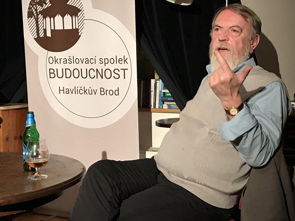Teolog, elektrikář, mluvčí Charty 77, zpravodajec a nyní důchodce Jan Kozlík byl hostem sobotní besedy v kavárně U notáře.