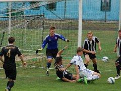 Značnou produktivitou se v domácích zápasech mohou chlubit fotbalisté Ledče nad Sázavou (v pruhovaném), kteří podruhé nastříleli pět gólů, naposledy to odnesly Okříšky.