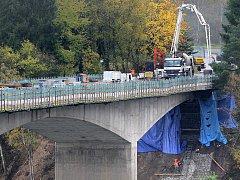 Rekonstrukce se kvůli počasí protáhla, ale od této středy je most již znovu průjezdný.