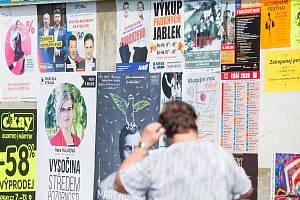Ničení a přelepování volebních plakátů provází kampaň před blížícími se krajskými volbami na Vysočině.