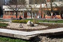 Smetanovo náměstí. V sedmdesátých letech se zbourala řada historických budov v centru a nahradily se ohyzdnými krabicemi. Nefungující kašna v popředí je dnes osázená rostlinami.