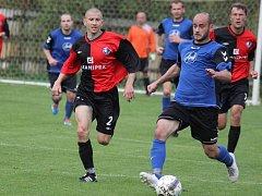 Fotbalisté Přibyslavi dokázali zaskočit favorizovaný Humpolec. První gól vstřelil Jan Flekal (u míče).