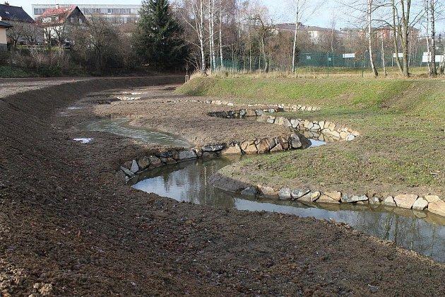 Horní tok Cihlářského potoka, který na své cestě do řeky Sázavy protéká mimo jiné i středem města, prošel v posledních měsících mnoha úpravami. Poslední etapa, kdy se bude pracovat v parku Budoucnost, je na řadě příští rok.