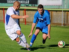 Bod si přivezli fotbalisté rezervy ždíreckého Tatranu (v bílém) z kosteleckého hřiště, kde remizovali 2:2.