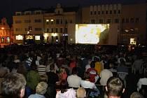 Plné náměstí. Takhle plno na Havlíčkově náměstí bylo prý naposledy při sametové revoluci. Ze židlí se podařilo stovky lidí zvednout až letní kino za dobrovolné vstupné.