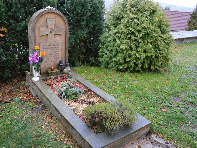 Hrob Jana Zrzavého na hřbitově v Krucemburku.