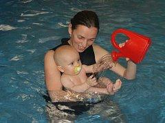 Jana Tvrdíková při plavání s dětmi.