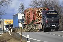 Spadlý strom na silnici I/38 u Květnova na Havlíčkobrodsku.