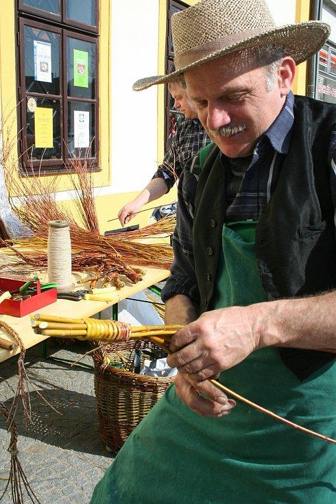 Tradiční pletení pomlázky a koledování v minulých letech na Žďársku. Kvůli šíření koronavirové nákazy se i letos musíme obejít bez tradičních zvyklostí.