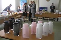 Na mlékárny, které zvítězily v odborné soutěži, čekaly originální ceny. Skleněné konvičky na mléko z dílny skláře Aleše Valnera.
