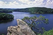 Největší přehradní nádrží v Železných horách je vodní nádrž Seč.