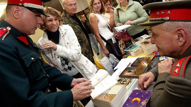 Michal Dlouhý (vlevo) navštívil i havlíčkobrodský knižní veletrh. Na snímku ho vidíte ve společnosti herce Františka Švihlíka – četníka Čendy z Četnických humoresek.