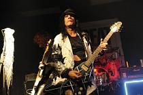 Kytarista Adam Bomb se pohybuje v hudební branži od 80.let.