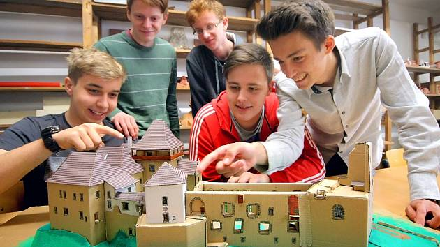 Nejtěžší bylo vytvořit detaily, tedy hradní okna, shoduje se pět studentů ze třetího ročníku stavební školy.