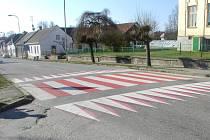 Chytře namalovaný přechod. Takto vyvedený přechod vidí přijíždějící řidiči jako vyvýšený. Tento se nachází před ZŠ v Horní Cerekvi na Pelhřimovsku.