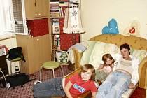 Relax. Jediné pohodlné místo v bytě Boženy Mokré je rozkládací křeslo. Když však chce máma spát, holky musí být potichu.