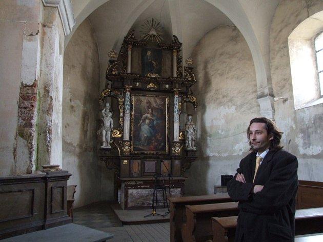 Na interiéru kostela sv. Kateřiny je na první pohled viditelná stopa vlhkosti. Havlíčkobrodský písničkář Michal Slavík (na snímku) se díky koncertům pokusí shromáždit peníze na drobné opravy.