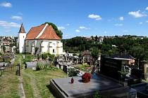 STARÝ HŘBITOV. Toto pietní místo se starou márnicí pochází z 19. století a patří k historickým zajímavostem Ledče.