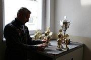Ředitel havlíčkobrodké nemocnice David Rezničenko s poháry pro vítěze