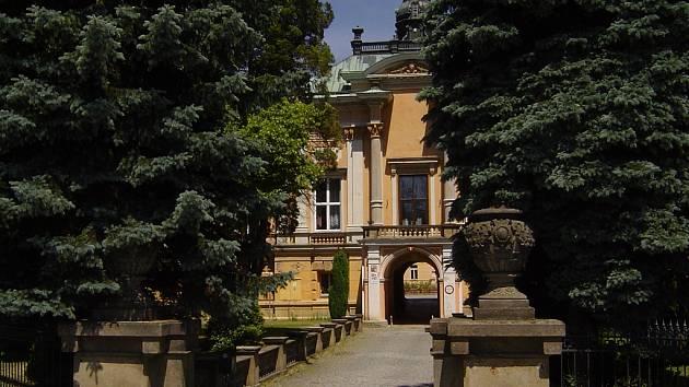 Zámek. Prodat místní zámek se rozhodla radnice ve Světlé nad Sázavou. Noví majitelé slibují nemovitost udržovat a umožnit veřejnosti i nadále vstup do parku.