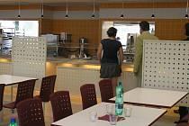 Jako z jiného světa působí úplně nová školní jídelna Akademie – VOŠ, gymnázia a Střední odborné školy uměleckoprůmyslové ve Světlé nad Sázavou. Na nový školní rok se kuchařky už těší. Konečně si budou moci vyzkoušet nové nádoby a výdejní pulty naostro.