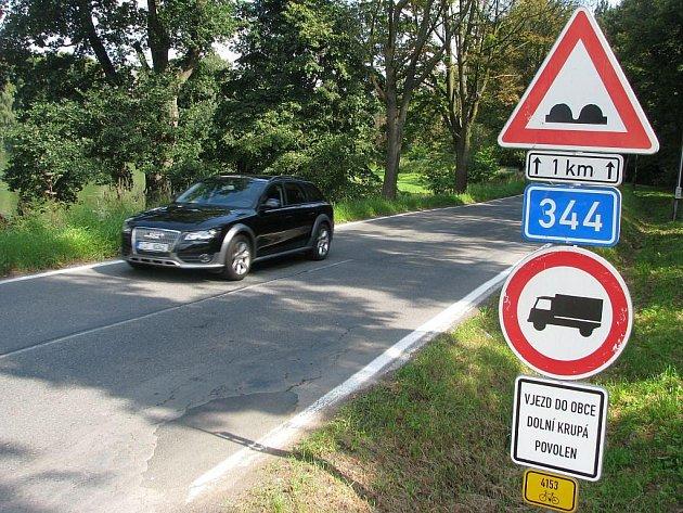 Nákladní auta nesmějí projíždět Dolní Krupou. Hráz tamního rybníka, po které silnice vede, je v havarijním stavu.