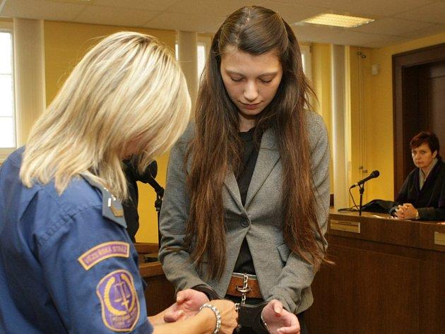 Bodla ho nožem. Lucie Petrskovská dostala včera u Krajského soudu v Hradci Králové osm let za vraždu svého přítele. V domku jeho rodičů v Habreku na Havlíčkobrodsku ho bodla nožem.