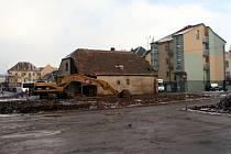 Manévry těžké techniky odstartovaly proměnu v centru Ledče. Na staveništi vyroste supermarket a autobusová čekárna s kioskem a sociálním zařízením.