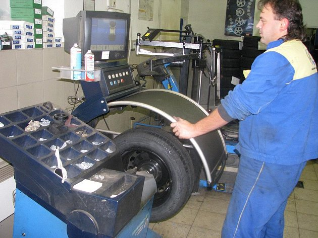 Zaměstnanci v pneuservisech budou mít  už v dohledné době plné ruce práce. První mrazíky přišly také na Vysočinu, řidiči začnou houfně přezouvat svá auta.
