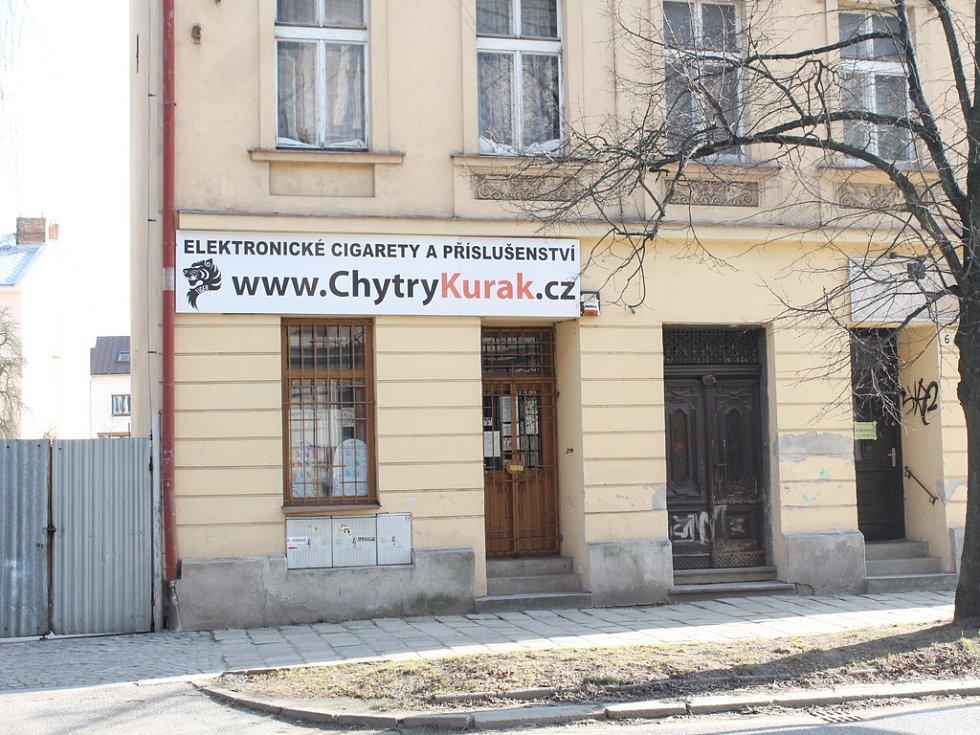 Prodejnu elektronických cigaret Chytrý kuřák, kde v březnu 2015 došlo k vraždě, lze najít na jihlavské Dvořákově ulici, která je jednou z nejrušnějších dopravních tepen ve městě.