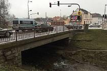 Na veřejné besedě se lidé dozvědí, jak bude probíhat rekonstrukce silničního mostu v těsném sousedství frekventované křižovatky u hotelu Slunce (na snímku).