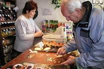 Solidární pomoc. Ne každý si může dopřát kvalitní jídlo. Potravinová banka chce pomoci těm, kteří žijí zde dne na na den a počítají doslova každou korunu. Ilustrační foto: